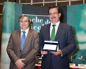 D. Fernando Chacón, Decano del Colegio, hace entrega de la Mención Honorífica del Colegio a D. Manuel Molina Muñoz, Viceconsejero de Sanidad.