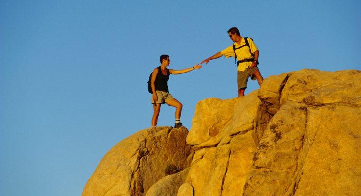 Ayuda entre compañeros en la montaña